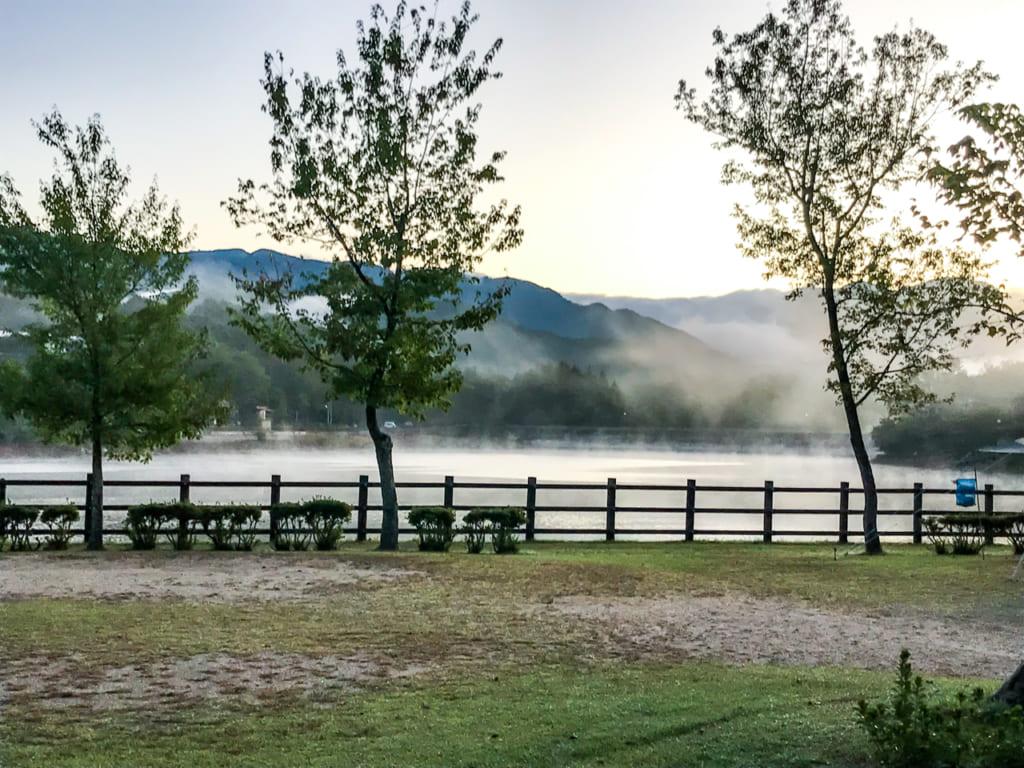 /椛の湖オートキャンプ場の朝もや-1024x768