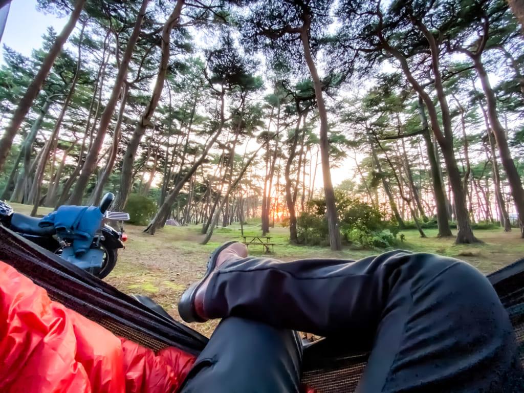 /沈む夕日をハンモックの中から眺める-1024x768