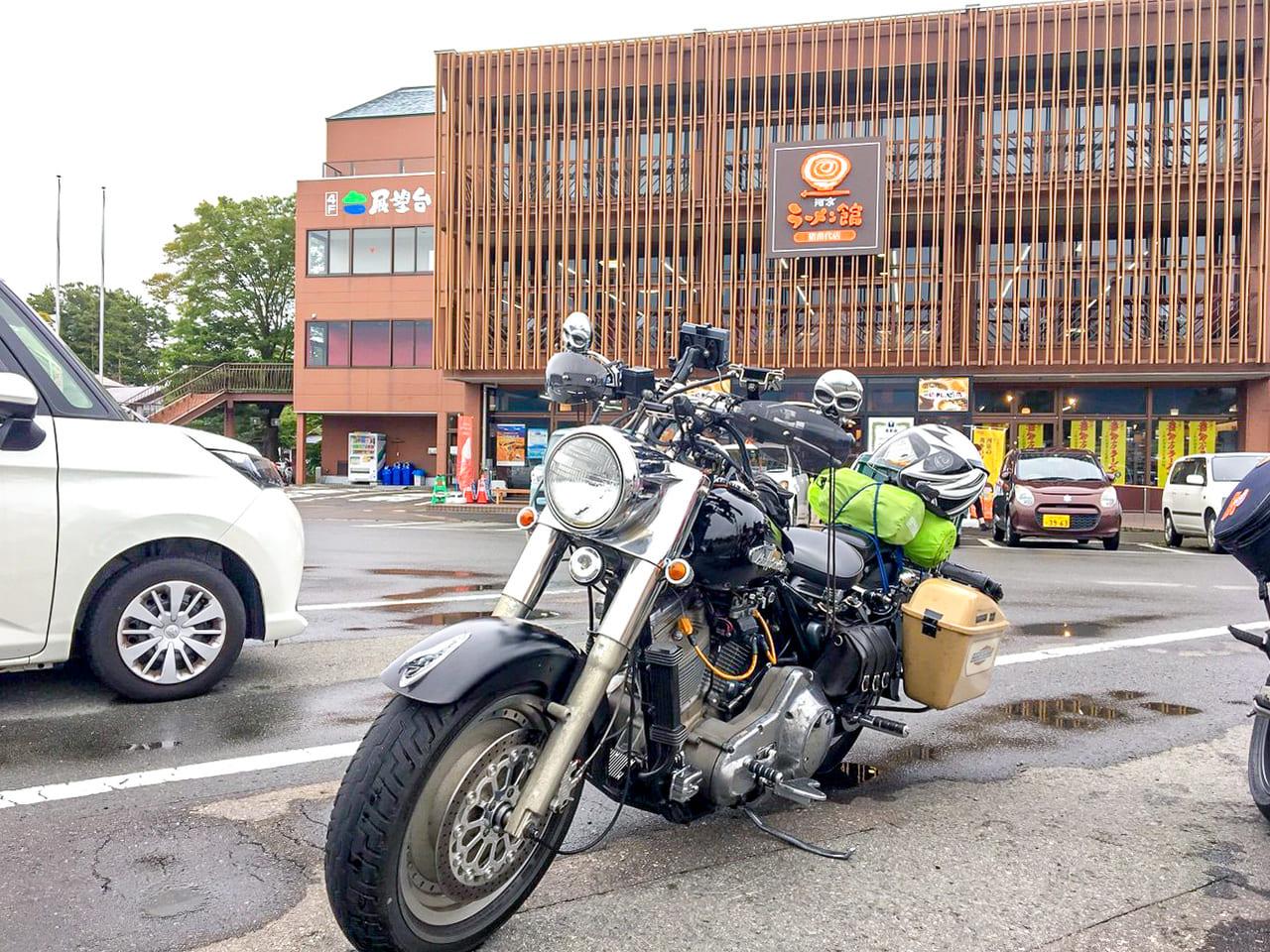 /河京ラーメン館の前に停めたバイク