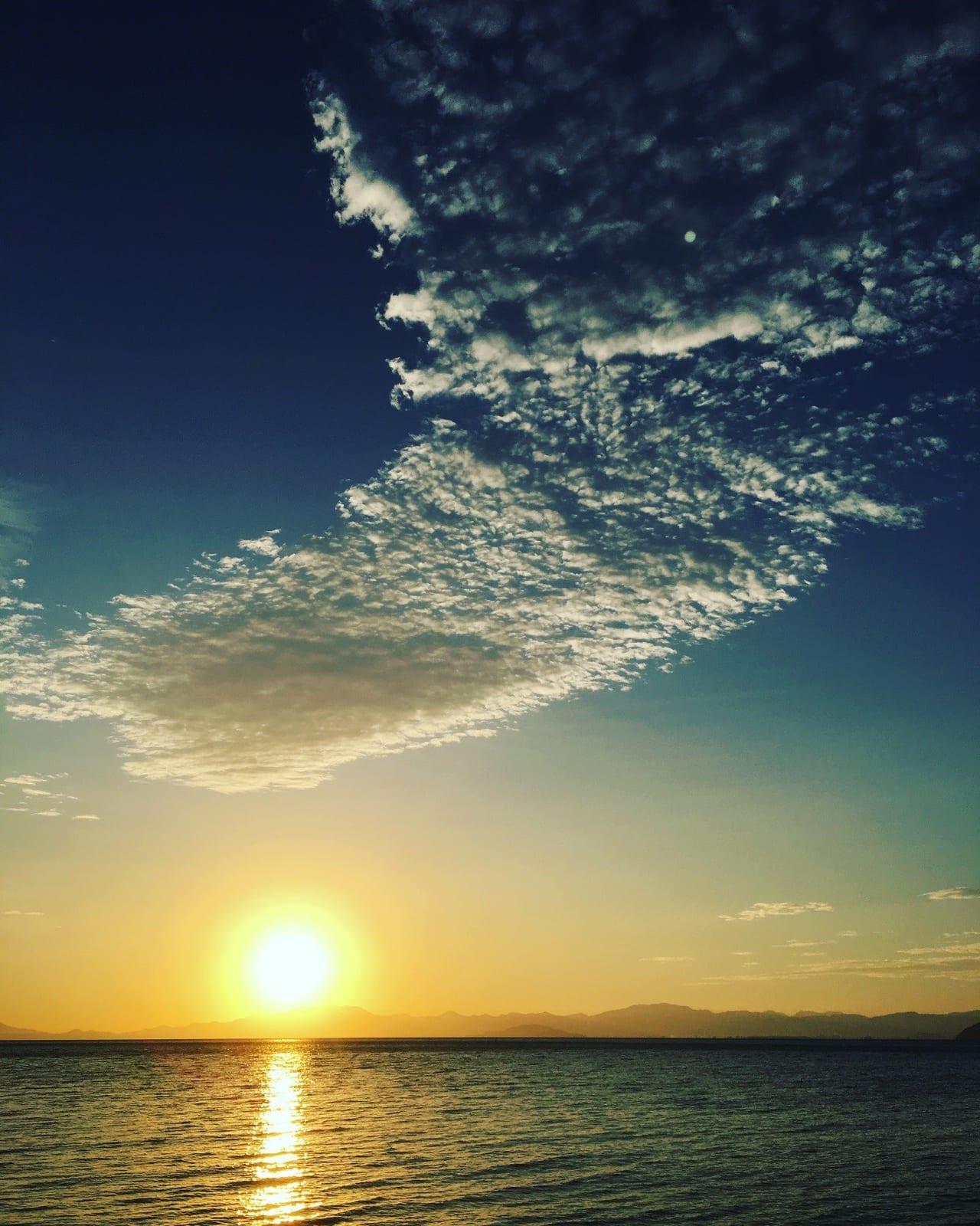 /湖に夕日が落ちる瞬間