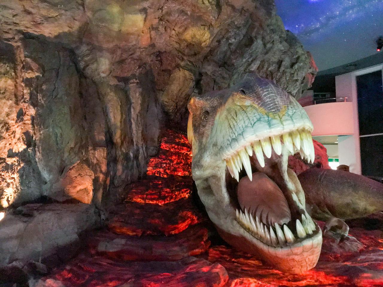 /溶岩に飲まれたティラノサウルスを正面から見た写真