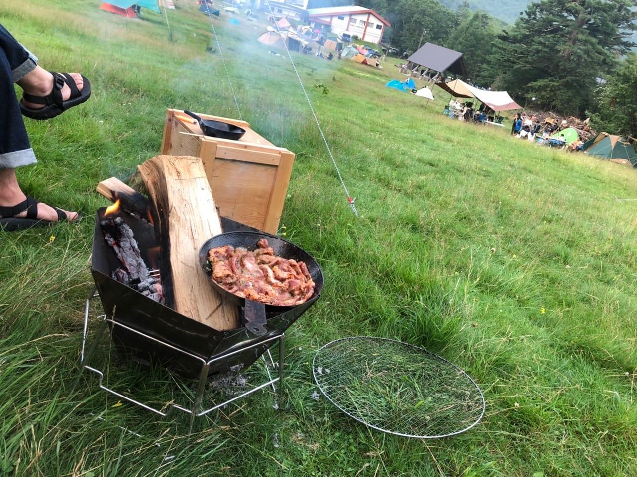 焚き火台で料理を楽しむ風景