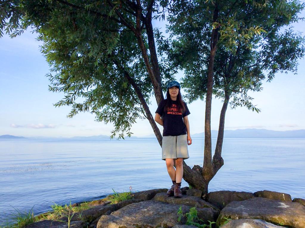 /琵琶湖の前で記念撮影するMさん-1024x768