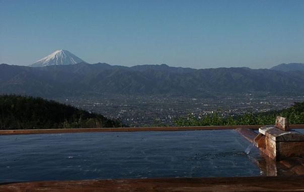 甲府盆地と富士山