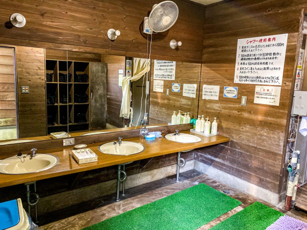 /男性用シャワー室の内部-1024x768