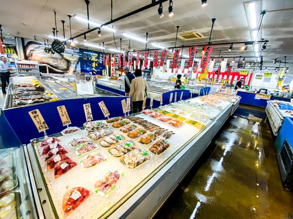 /直売センターの中は新鮮な魚介がいっぱい-1024x768