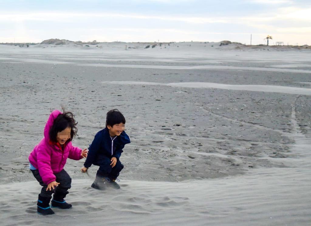 /砂浜で楽しそうにはしゃいでいる2人の子供-1024x746
