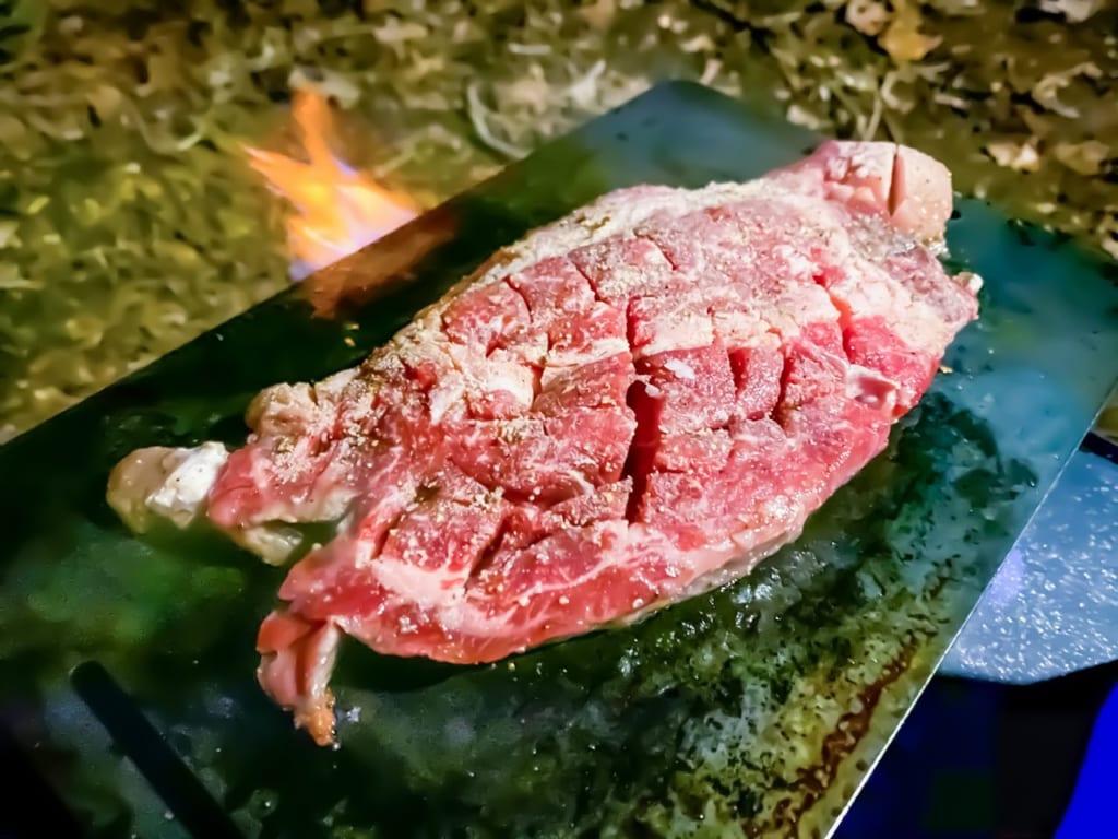 /筋切りして鉄板で焼いているステーキ肉-1024x768