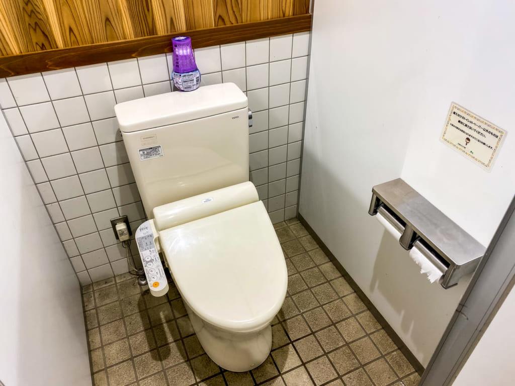 /綺麗に掃除された新しい個室便器-1024x768