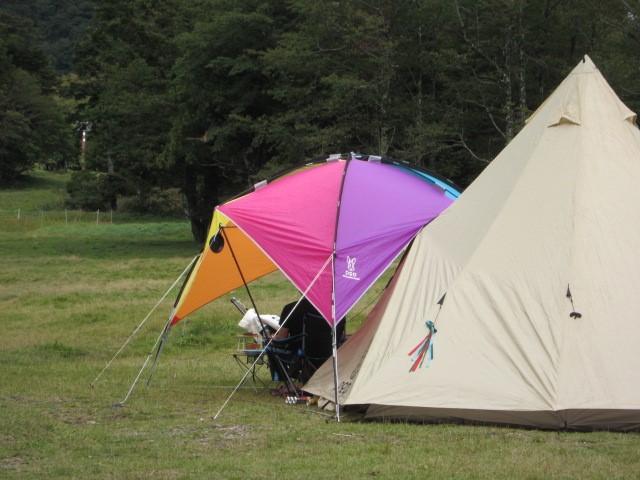 /草原でキャンプを楽しむ