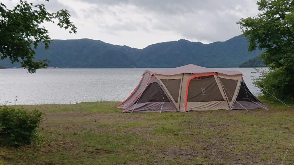 /菖蒲ヶ浜キャンプ場の湖畔サイト-1024x576