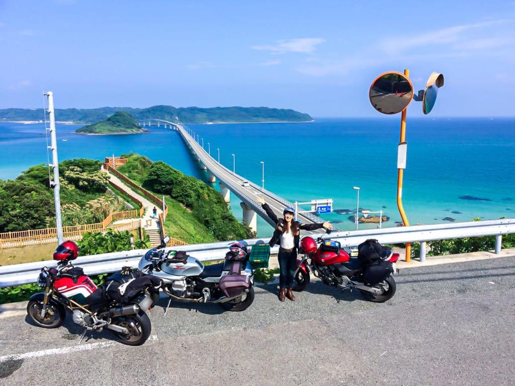 /角島大橋の前で記念撮影するMさん-1024x768