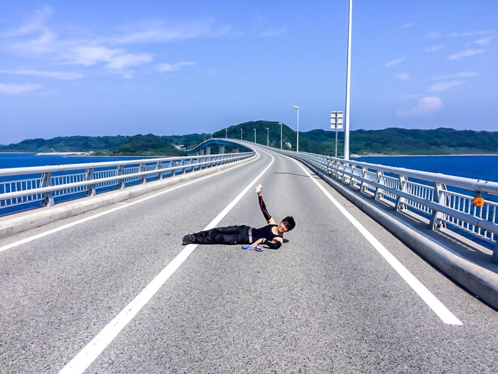 /角島大橋の真ん中で横たわるO君-1024x768
