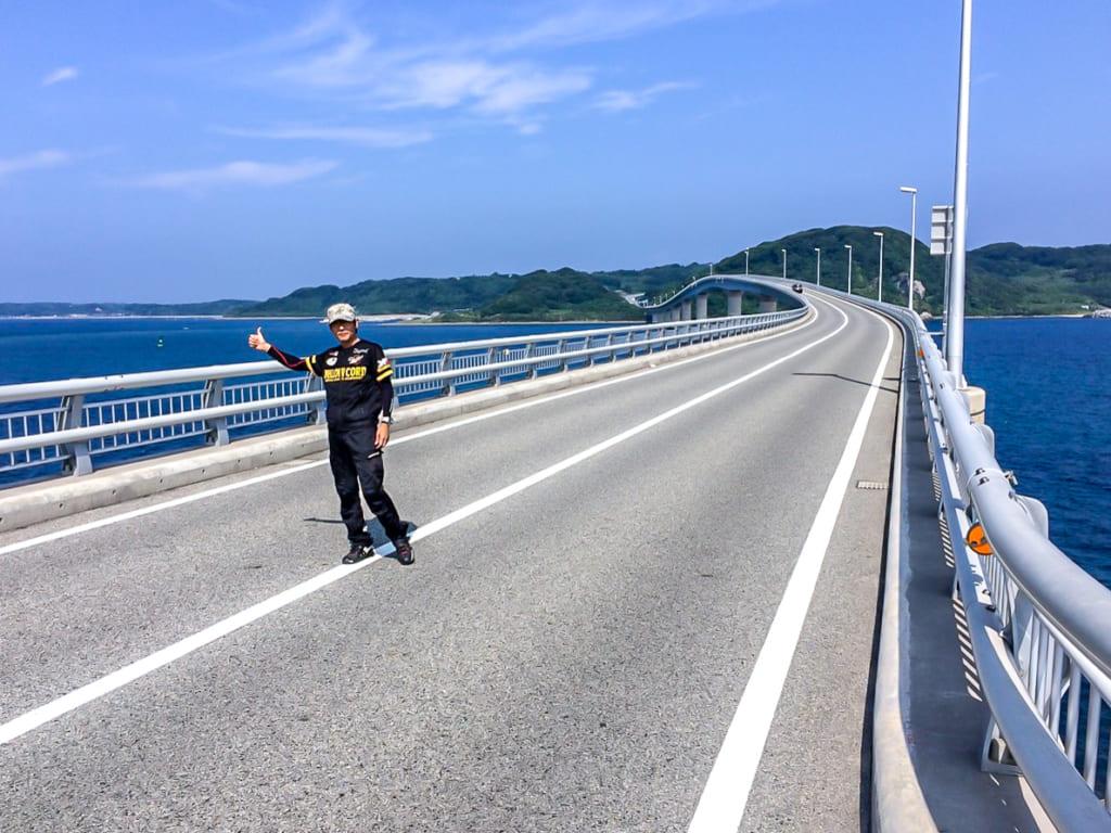 /角島大橋の真ん中で記念撮影する筆者-1024x768