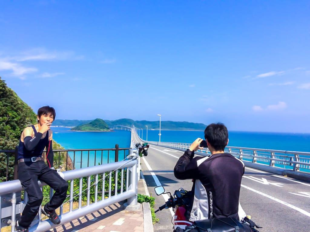 角島大橋の記念撮影する人を記念撮影