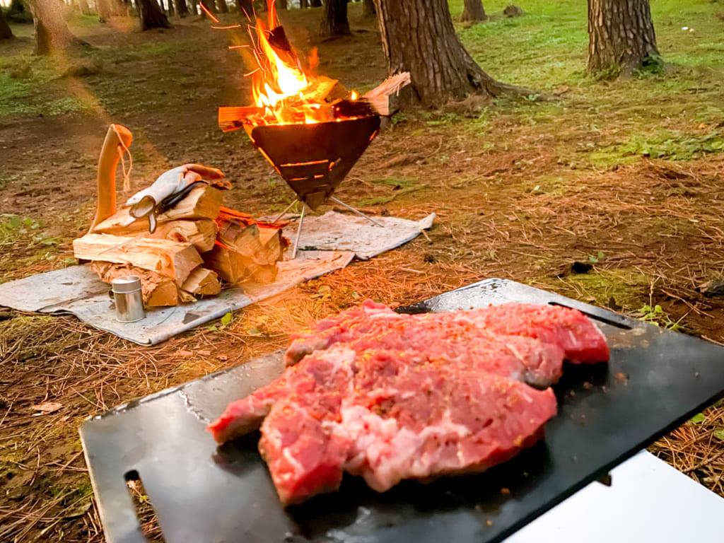 /鉄板で焼かれるステーキ肉-1024x768