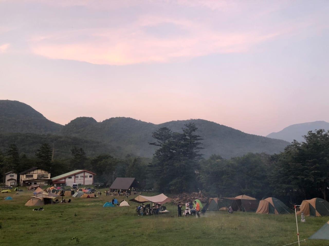 雄大な山並みと夕暮れ