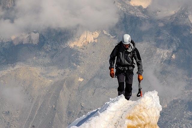 /雪山の稜線を歩く