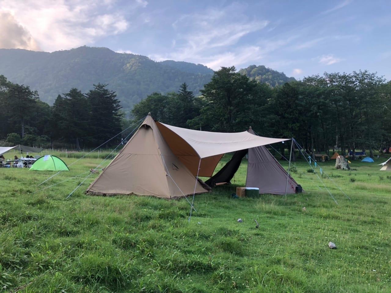 青々とした芝生の上でキャンプ