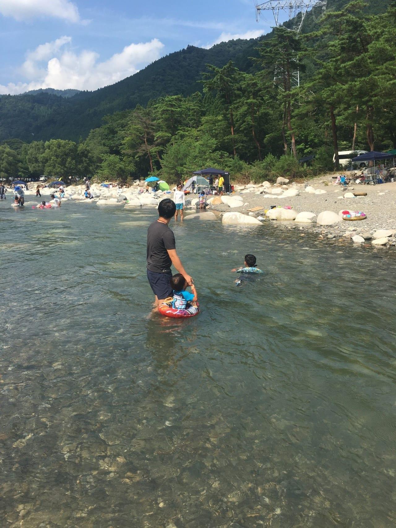 /黄和田キャンプ場で泳ぐ子ども