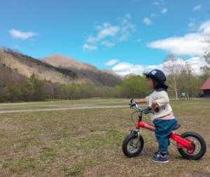 キャンプ場で自転車を練習する子供