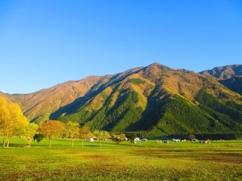 山とキャンプフィールド