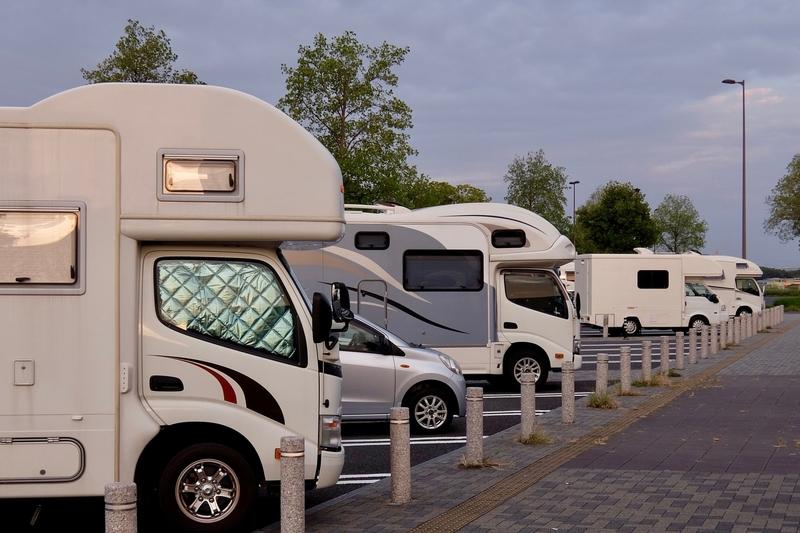 サービスエリアに並ぶキャンピングカー