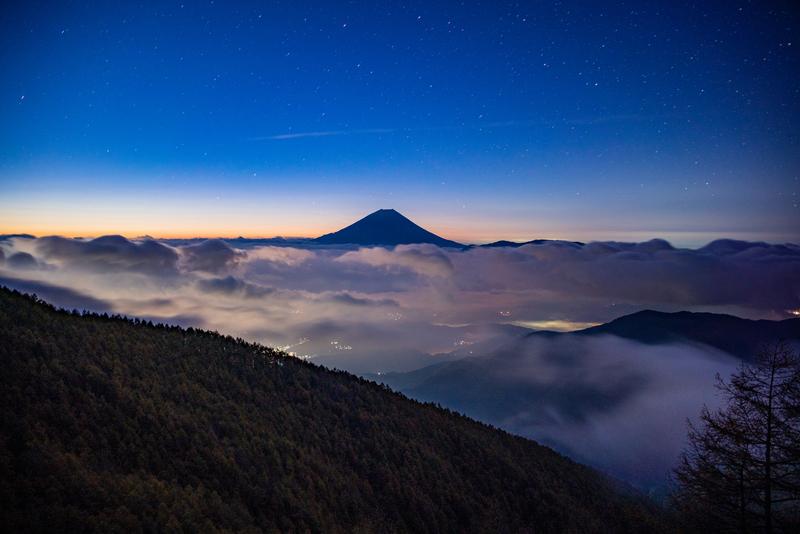 星空に浮かぶ富士山