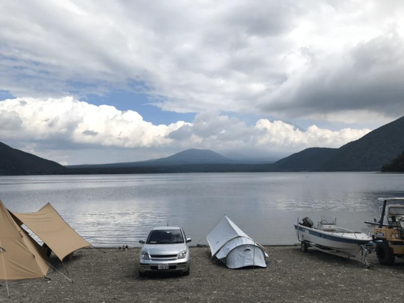 浩庵キャンプ場の湖畔サイトの眺め