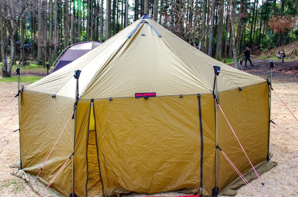 あとはひたすらガイドロープでテントの整形をしつつ-1024x678