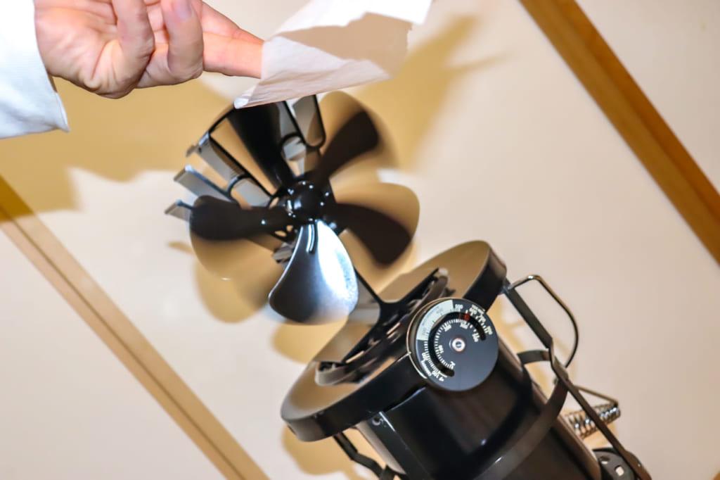 エコファンの風力でティッシュをなびかせる-1024x682