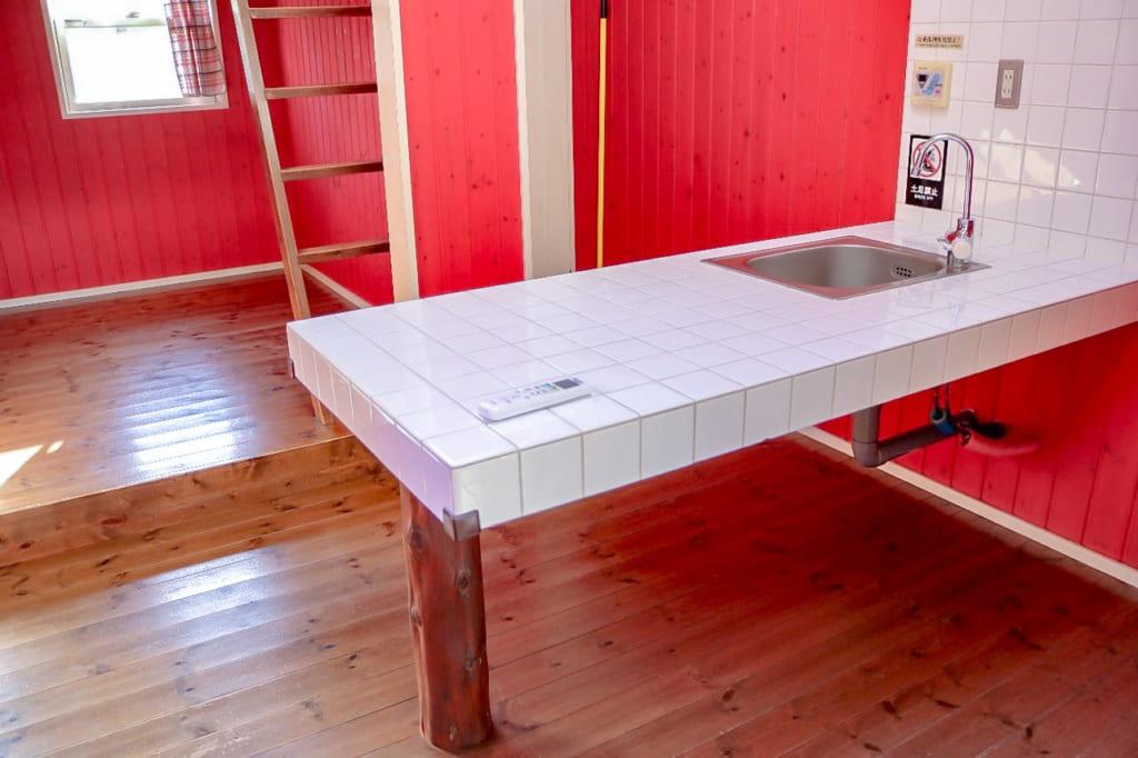 キャビン内のダイニングキッチンテーブル-1024x682