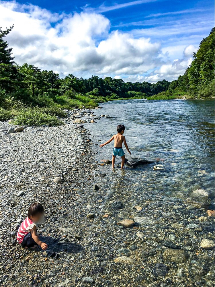 キャンプ場内に流れる不知川で遊ぶ子供たち