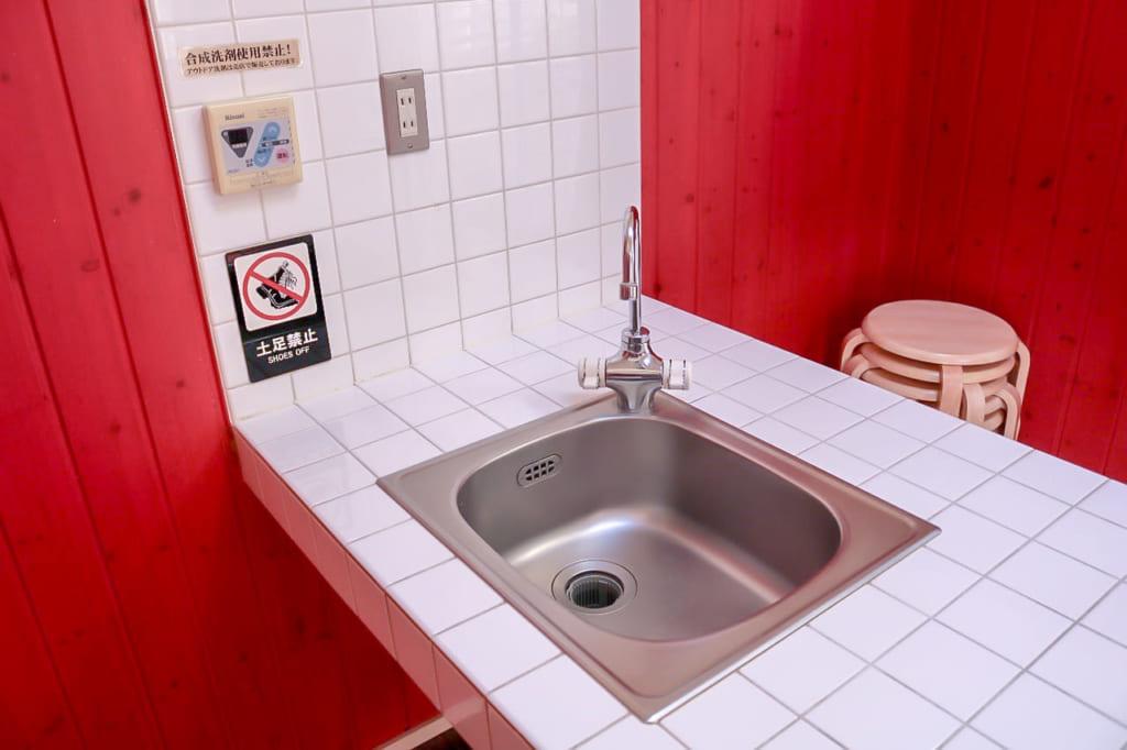 サンルームキャビンの洗い場と備え付けのイス-1024x682