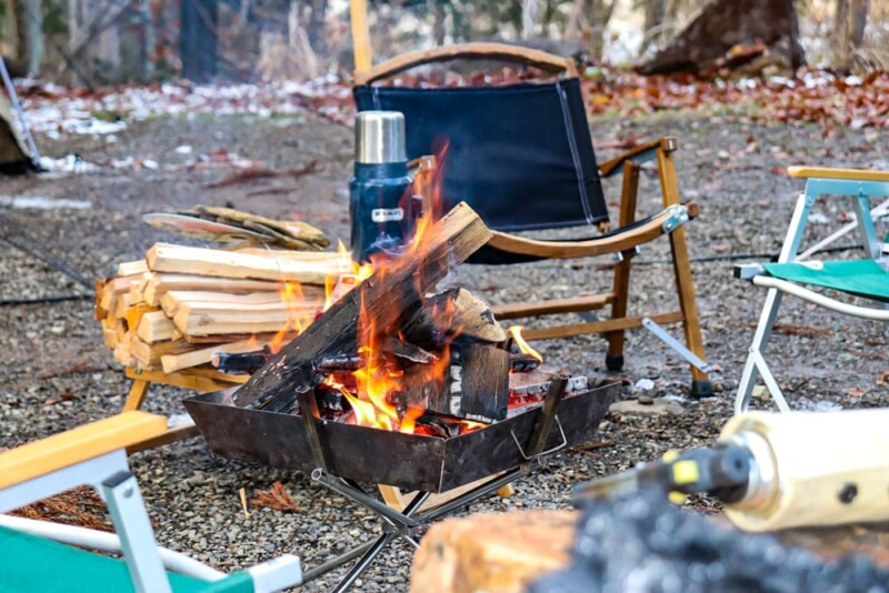 テントサイトで焚き火を囲む