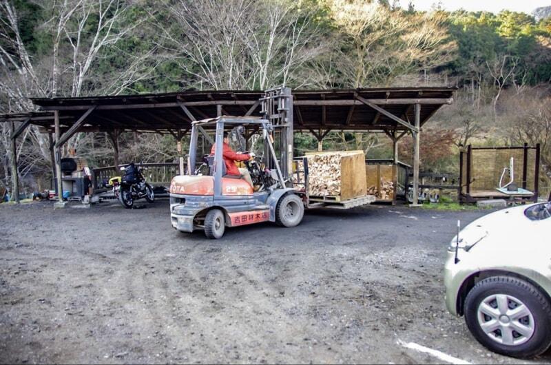 フォークリフトで運ばれていく材木