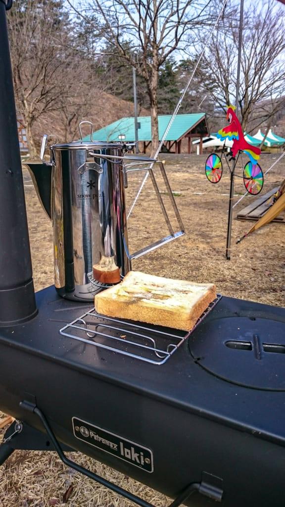 ペトロマックスのロキでお湯を沸かしながら食パンを焼く-576x1024
