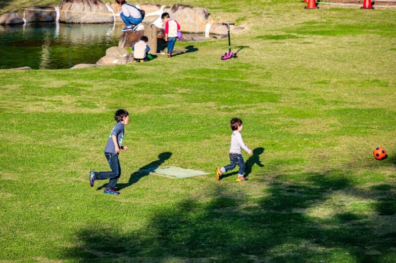 モビリティパークの広場で遊ぶ子供