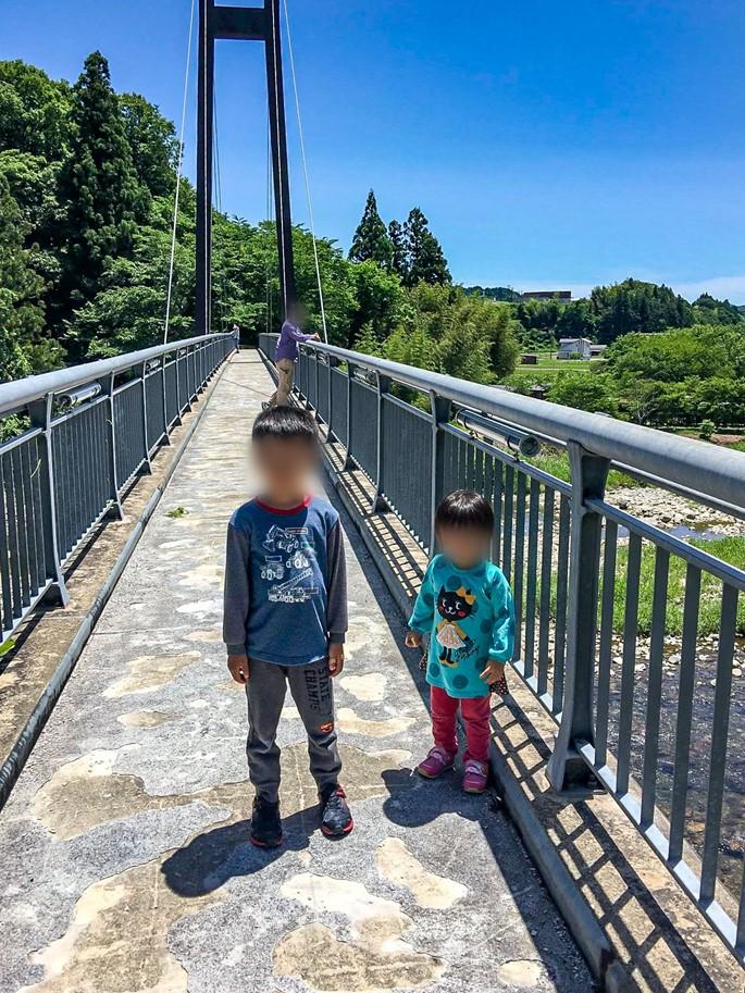 不知川にかかるローマン大橋を渡る子供