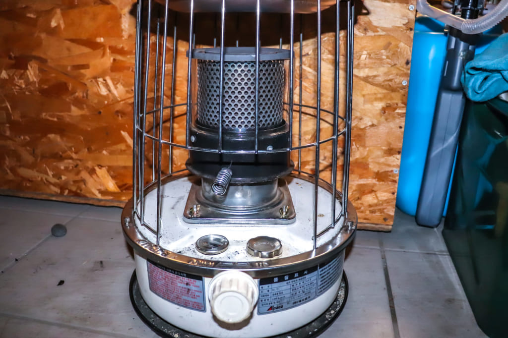 使い古された石油ストーブ-1024x682
