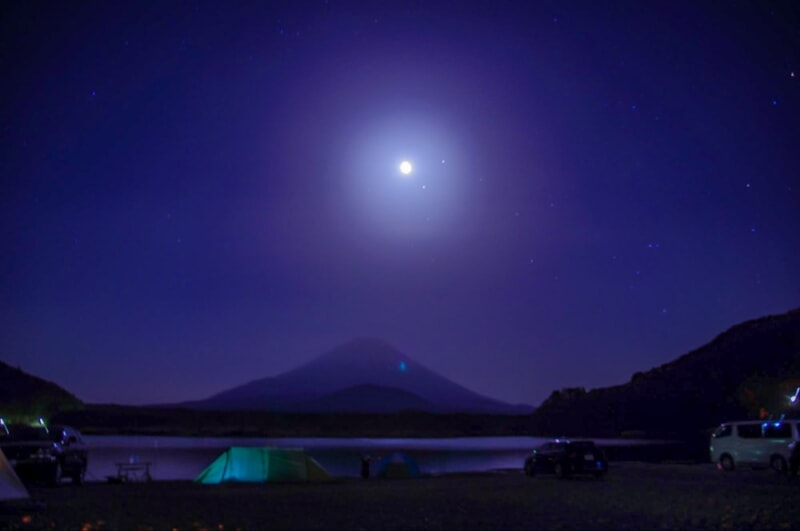 冬の星空と月を眺めながらキャンプ
