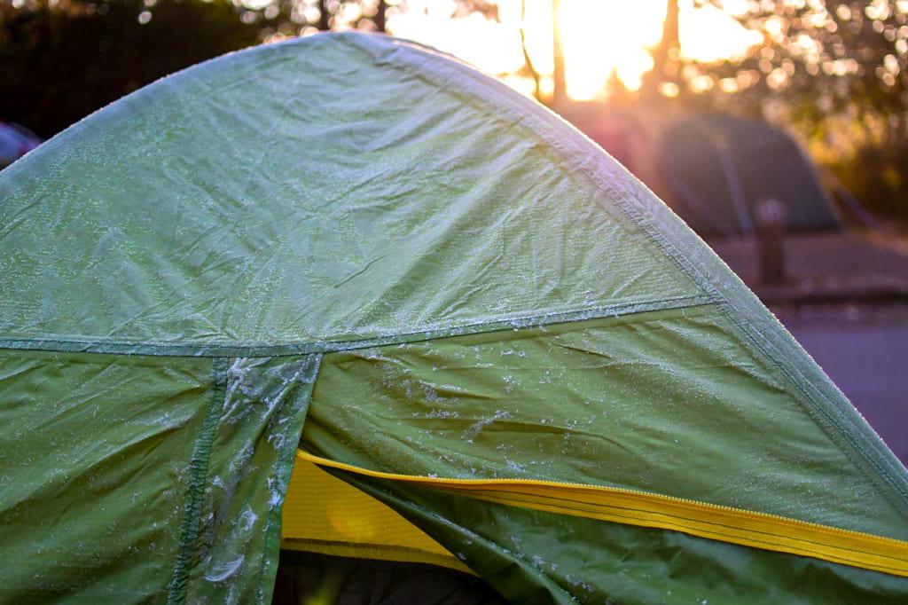 冬の朝にテントについた結露-1024x682
