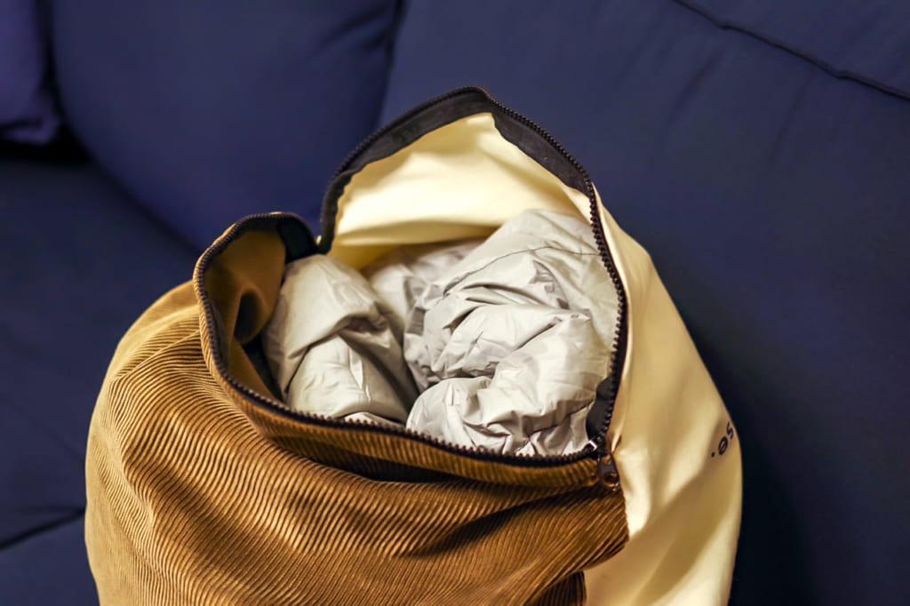 寝袋を押し込むだけ-1024x682