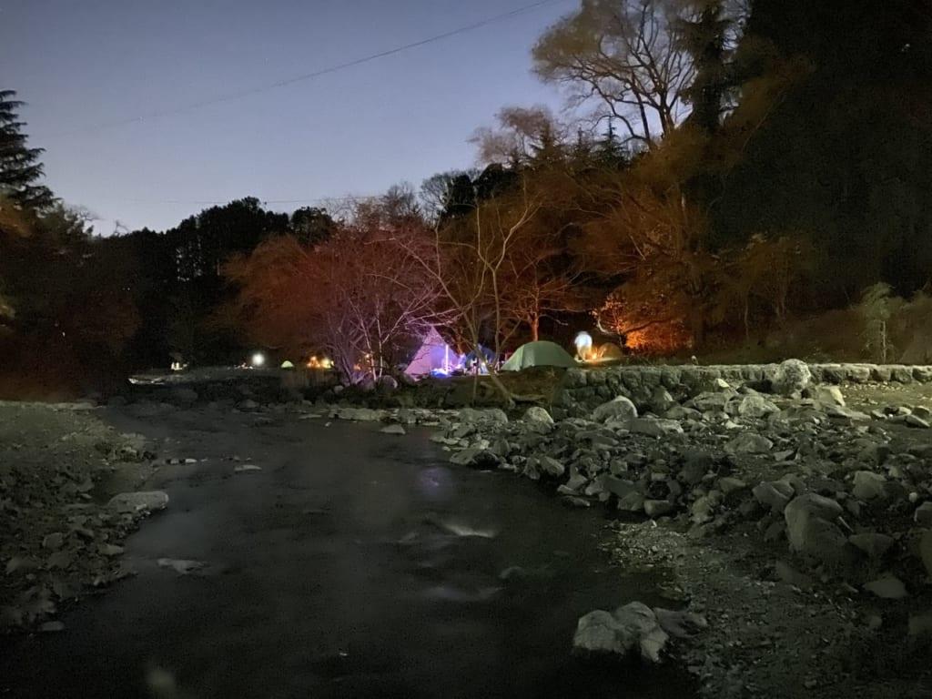 川の対岸から眺めるフリーサイトの明かり-1-e1577441127969-1024x768