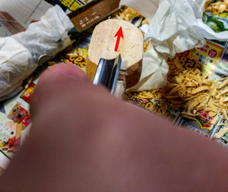 彫刻刀でスプーンのヘッド部分を削る
