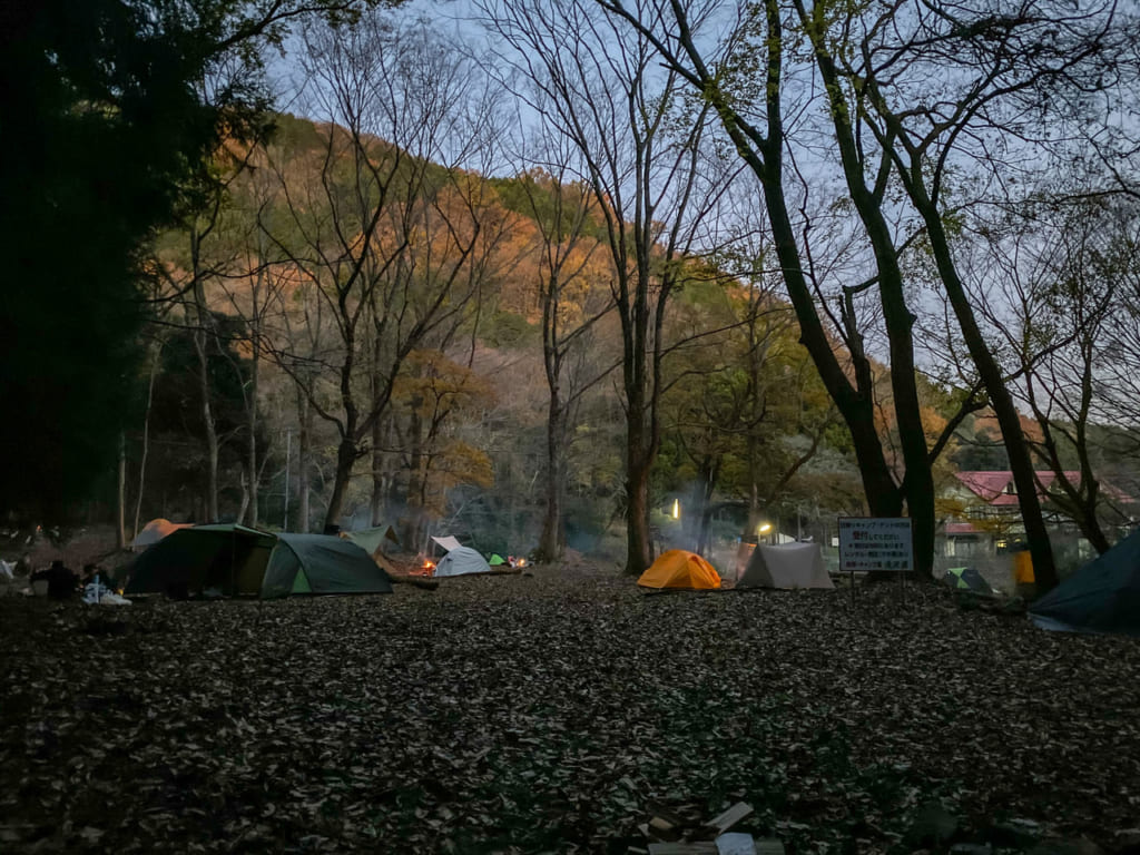 日が落ちて暗くなったキャンプ場-1024x768