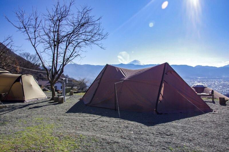 晴れた冬の日にキャンプをしながら富士山を眺める
