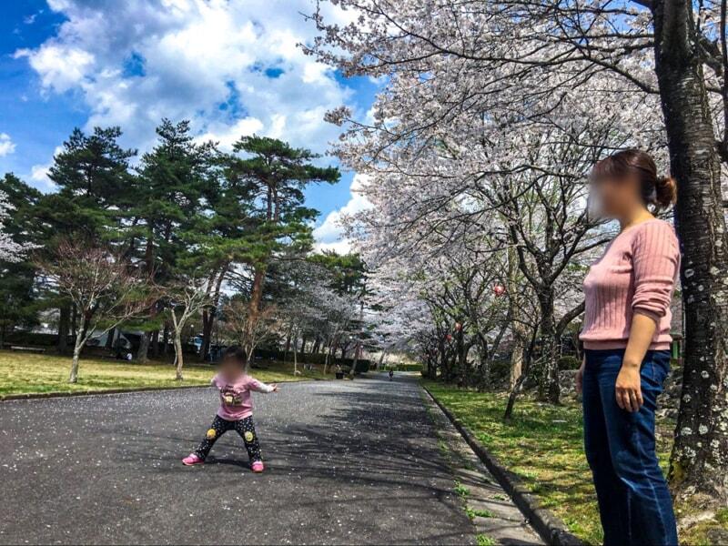 福岡ローマン渓谷オートキャンプ場の桜の下で子供と遊ぶ