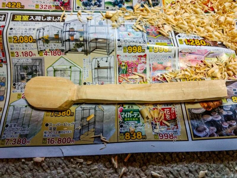設計図に沿ってナイフで削りだしたスプーンの原型