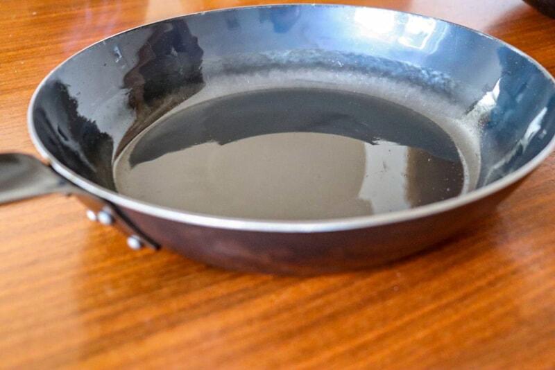 鉄フライパンで調理するとっ自然に鉄分が接種できる